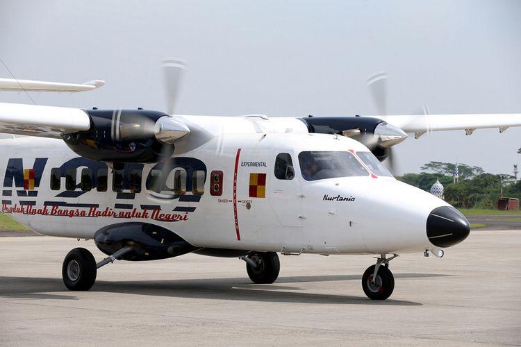 Pesawat N219 meninggalkan Lanud Halim Perdanakusuma, Jakarta usai saat pemberian nama dan uji terbang, Jumat (10/11/2017). Pesawat N219 yang diberi nama Nurtanio oleh Jokowi, adalah pesawat buatan lokal, kolaborasi antara PT Dirgantara Indonesia (DI) bekerja sama dengan Lembaga Antariksa dan Penerbangan Nasional (Lapan).
