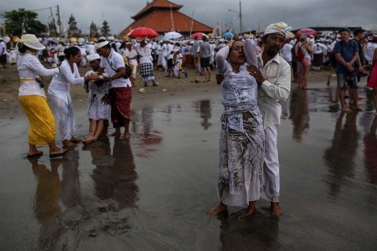 Prosesi upacara Melasti di Pantai Batu Bolong, Canggu, Kuta Utara, Bali, Senin (4/3/2019). Upacara Melasti dilaksanakan dalam rangkaian perayaan Nyepi Tahun Baru Caka 1941 yang jatuh pada tanggal 7 maret 2019.