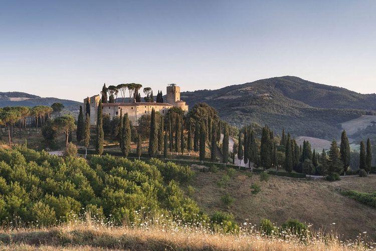 Pemandangan Hotel Castello di Reschio di atas bukit Umbria. Hotel ini merupakan hasil renovasi dari kastil tua berumur 1000 tahun
