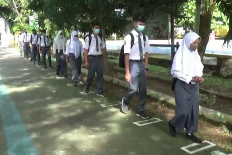 Sekolah Tatap Muka Disambut Antusias, Siswa Antri Cuci Tangan dan Periksa Suhu Tubuh Puluhan Meter di Pintu Gerbang