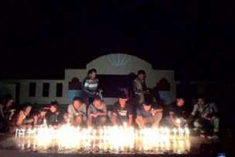 Warga Kota Larantuka, kabupaten Flores Timur, Nusa Tenggara Timur (NTT), menggelar aksi 1.000 lilin bagi tiga WNI asal Flores Timur, yang disandera kelompok bersenjata di perairan Malaysia