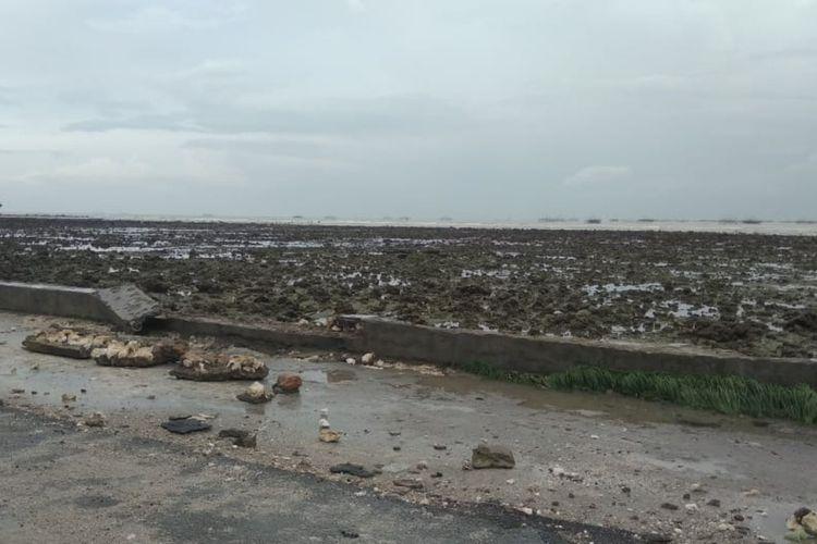 Sebagian beton penahan air laut yang rusak di pinggir jalan raya Desa Ngemboh, Kecamatan Ujungpangkah, Gresik.