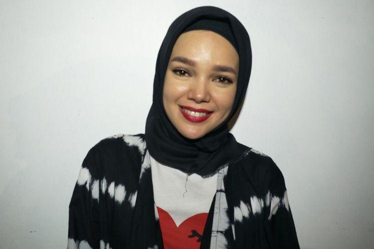 Dewi Sandra ditemui di sela meet and greet film Ayat Ayat Cinta 2 di CGV Cinemas, Cyber Park Bekasi, Jawa Barat, Selasa (26/12/2017).