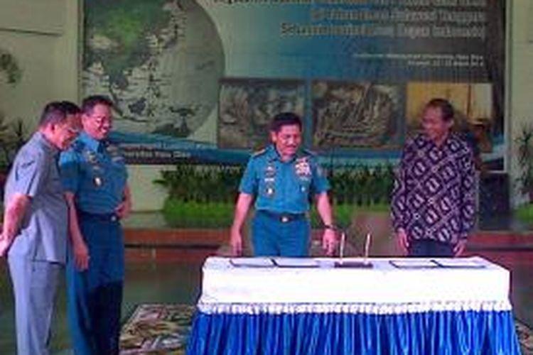 Kasal TNI Laksamana Dr Marsetio bersama Rektor Universitas Haluoleo Kendari menandatangani kerjasama di bidang sumber daya laut di Kendari. Kasal TNI juga diangkat sebagai dosen kehormatan dan luar biasa di perguruan tinggi negeri Kendari.