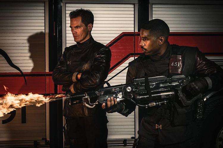 Michael B. Jordan dan Michael Shannon dalam film drama Fahrenheit 451 (2018).