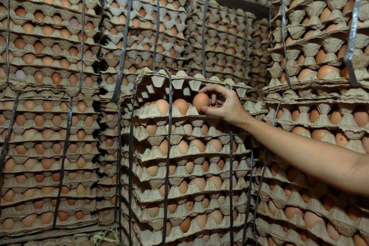 Seorang pedagang telur saat berjualan di Serpong, Tangerang Selatan, Banten, Kamis  (19/7/2018). Akibat tingginya permintaan, harga jual telur ayam ras mencapai hingga Rp 29.000 per kilogram atau untuk harga eceran tembus Rp 2.500 per butir.