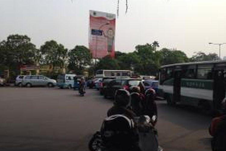 Arus lalu lintas dari arah Tanah Abang tersendat saat memasuki Jalan Penjernihan 1, samping Taman Permakaman Umum (TPU) Karet Bivak, Jakarta Pusat, Minggu (14/6/2015). Ramainya peziarah yang datang dan banyaknya kendaraan yang diparkir di pinggir jalan menjadi salah satu penyebab kemacetan.