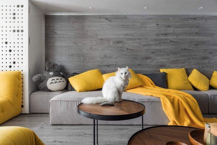Pertimbangkan untuk mengganti perabotan kayu Anda dengan furnitur dari logam.  Karena perabotan kayu mudah dikunyah dan digaruk oleh hewan peiharaan