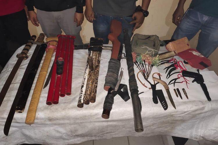Kepolisian Sektor (Polsek) Bone-bone dibackup Tim Resmob Sat Reskrim Polres Luwu Utara, Sulawesi Selatan, Rabu (19/05/2021) menyita senjata api rakitan dan senjata tajam yang diduga akan dipakai untuk melakukan penyerangan antar kelompok