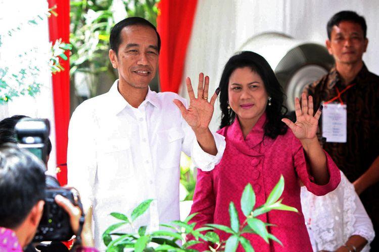 Presiden Jokowi bersama Ibu Negara Iriana Jokowi usai memberikan suara pada putaran kedua Pilkada DKI Jakarta di TPS 04 Gambir Jakarta Pusat, Rabu (19/4/2017). Pada kesempatan itu, presiden meyakini pilkada berjalan aman dan menghasilkan gubernur yang terbaik dan terpercaya untuk Jakarta.