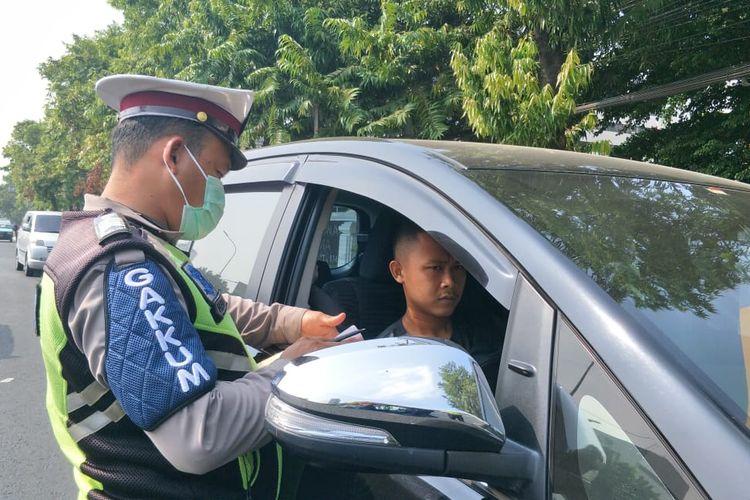 Penindakan pengendara yang melanggar aturan ganjil genap di Jalan Salemba, Jakarta Pusat, Senin (9/9/2019).