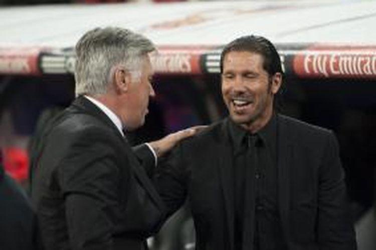 Pelatih Real Madrid Carlo Ancelotti (kiri) berbincang dengan pelatih Atletico Madrid Diego Simeone, sebelum pertandingan Liga BBVA antara anak-anak didik mereka, di Santiago Bernabeu, Sabtu (28/9/2013).
