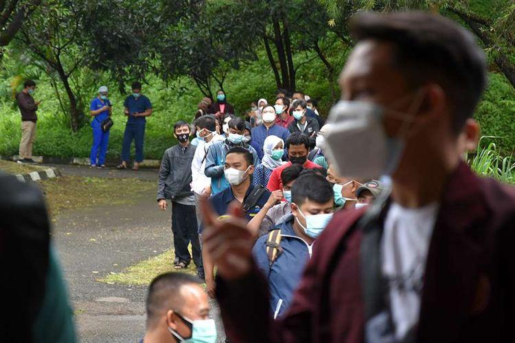 Antrean tenaga kesehatan peserta penerima vaksin Covid-19 di Gedung Sasana Budaya Ganesha (Sabuga), Kota Bandung, Jawa Barat, Rabu (3/2/2021). Sebanyak 3.000 tenaga kesehatan dari berbagai rumah sakit ikut berpartisipasi dalam vaksinasi massal tersebut.