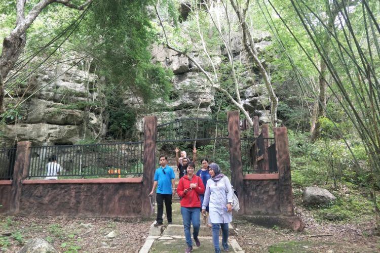 Pengunjung di gerbang keluar Gua Cermin, Labuan Bajo, Nusa Tenggara Timur.