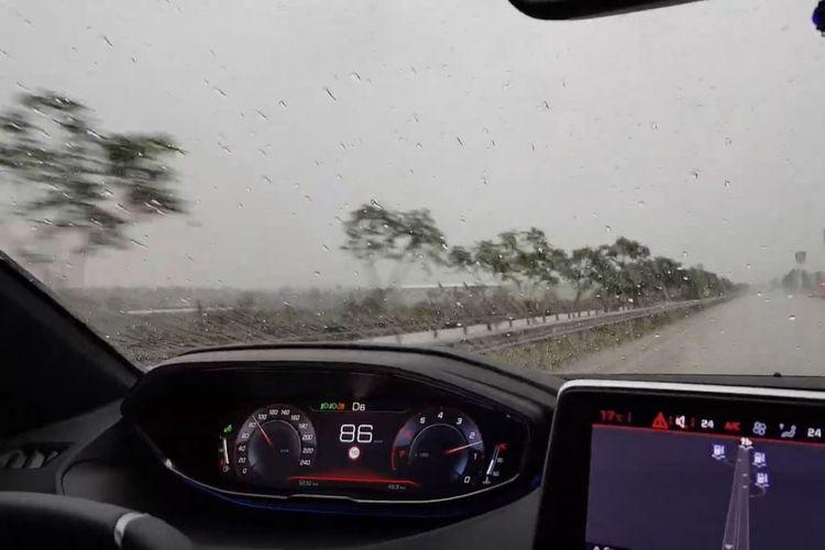 Tips mengemudi dalam kondisi hujan deras.