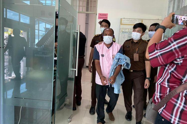 Kejaksaan menetapkan FY, mantan Kepala Desa Pengadang Kecamatan Sekayam, Kabupaten Sanggau, Kalimantan Barat (Kalbar) sebagai tersangka kasus dugaan korupsi pengelolaan dan penggunaan APBDes tahun 2019. Selain ditetapkan sebagai tersangka, FY juga langsung ditahan selama 20 hari di Rumah Tahanan (Rutan) Kelas IIB Sanggau.