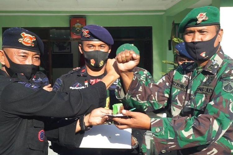 Komandan Kompi 2 Batalyon Pelopor B Pekalongan Jawa Tengah Iptu Purwoko memberikan kue tart kepada Pejabat Sementara Komandan Kompi Batalyon Senapan C Padma Kusuma Letda Inf Suryono.