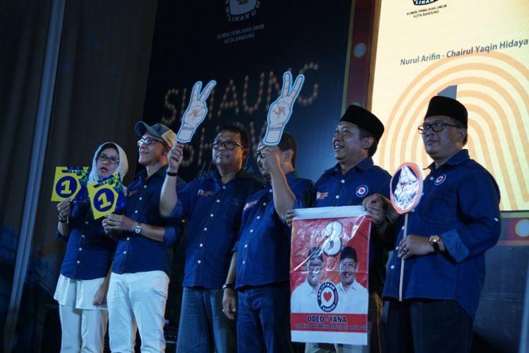 Para pasangan calon wali kota dan wakil wali kota Bandung setelah mendapat nomor urut dalam rapat pleno terbuka yang digelar KPU Kota Bandung di Gor Padjadjaran, Selasa (13/2/2018).