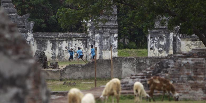 Anak-anak bermain bola di atas sisa reruntuhan Keraton Kaibon di Serang, Banten, Minggu (25/12/2011). Keraton seluas lebih kurang 2 hektar itu dibangun pada 1815 sebagai tempat tinggal Ratu Aisyah, ibu Sultan Muhammad Rafiuddin (sultan terakhir Kerajaan Banten) yang menjabat sebagai pemimpin pemerintahan karena putranya masih berusia lima tahun.