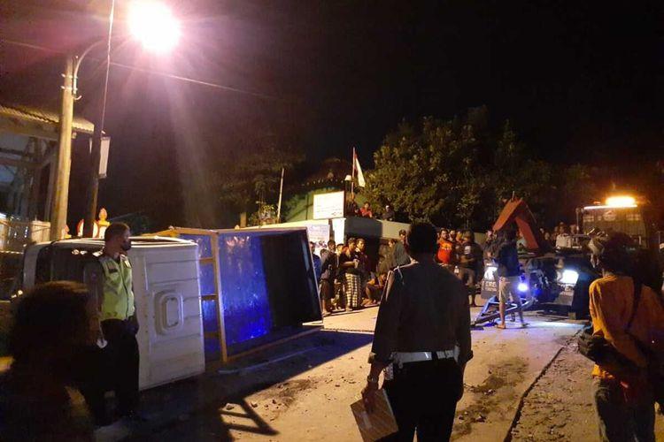 Kondisi truk yang mengalami kecelakaan tunggal di jalan Breksi, Gunung Sari, Sambirejo, Kapanewon Prambanan, Kabupaten Sleman, DI Yogyakarta. Akibat kecelakaan tunggal ini lima orang meninggal dunia.