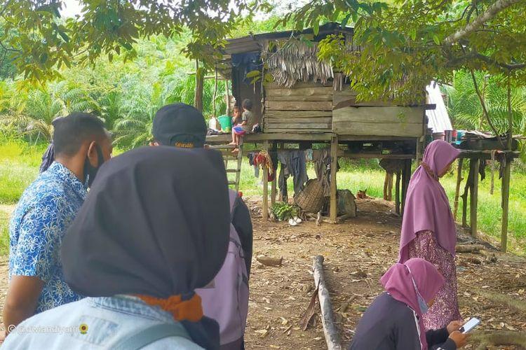 Kunjungan DPPAPPKB dan Psikolog serta petugas puskesmas didampingi Bhabinkamtibmas ke rumah keluarga eks TKI Malaysia di Balansiku Sebatik (Faridah)