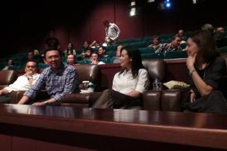 Wakil Gubernur DKI Jakarta Basuki Tjahaja Purnama menonton film Tabula Rasa bersama jajaran pejabat satuan kerja perangkat daerah (SKPD) DKI, di Epicentrum XXI, Jakarta, Senin (13/10/2014) malam.