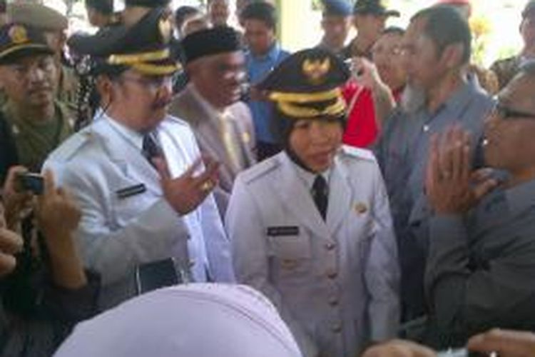 Enthus Susmono dan Umi Azizah berjalan masuk ke ruang DPRD Tegal, Jawa Tengah untuk melakukan pelantikan sebagai bupati, Rabu (08/01/2014)