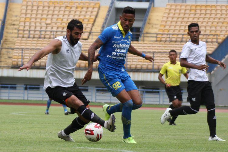Penyerang asing Persib Bandung, Wander Luiz, dikawal ketat oleh pemain Tira-Persikabo, Artyom Filiposyan dalam laga uji coba di Gelora Bandung lautan Api, Jumat (21/2/2020).