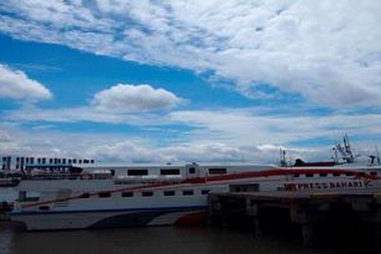 Hingga Senin (14/1/2013) sejumlah kapal masih sandar di Pelabuhan Gresik termasuk KM Express Bahari 1 C. Belum ada kapal yang melayani penumpang rute Gresik-Bawean sejak Sabtu (5/1/2013)