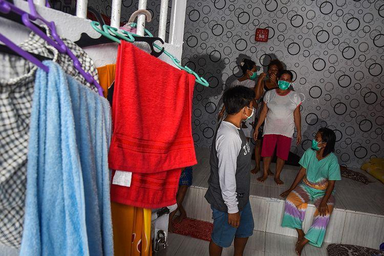 Foto dirilis Minggu (18/10/2020), memperlihatkan sejumlah warga binaan mengenakan masker saat menjalani isolasi mandiri di sebuah sel di Lapas Perempuan Pekanbaru. Lapas itu kini ibarat rumah sakit dadakan yang merawat pasien Covid-19 setelah menjadi salah satu klaster penularan terbesar di Provinsi Riau.