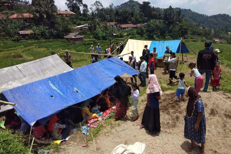 Sejumlah warga yang rumahnya rusak terdampak gempa memilih mengungsi di tenda seadanya di Desa Purwabakti, Kecamatan Pamijahan, Kabupaten Bogor, Jawa Barat, Rabu (11/3/2020).