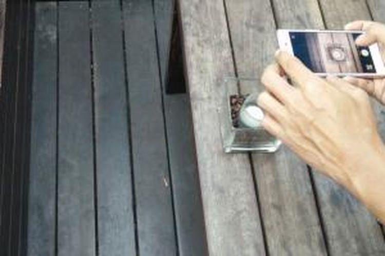 Gunakan smartphone yang memiliki kamera berkualitas untuk menangkap momen berharga saat traveling.