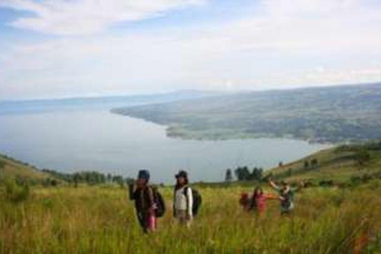 Pemandangan di puncak bukit Pusuk Buhit