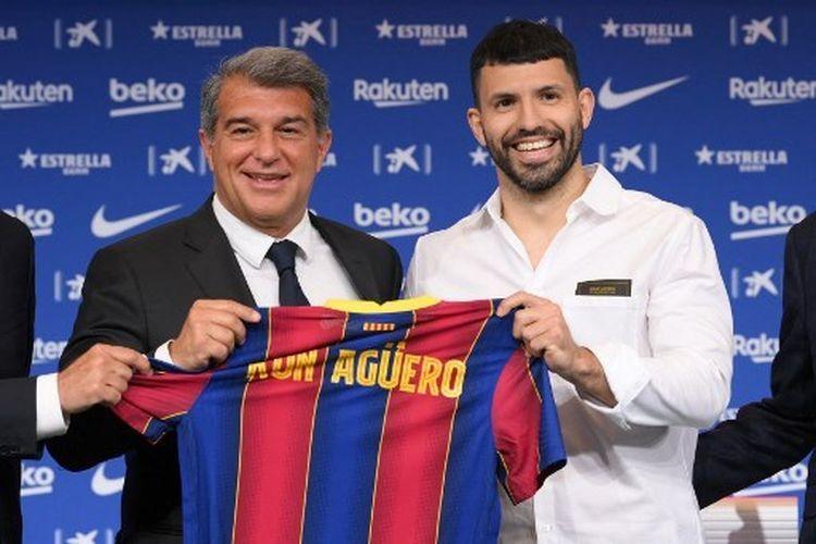Sergio Aguero (kanan) saat diperkenalkan Joan Laporta (kiri) sebagai pemain baru Barcelona, Selasa (1/6/2021) dini hari WIB.