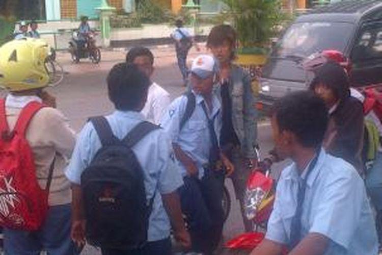 Pelajar salah satu SMKN di Pamekasan, terlibat tawuran hingga di depan kantor Bupati Pamekasan, Rabu (13/11/2013).