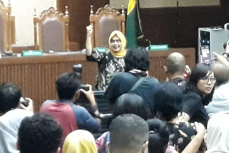 Mantan Direktur Utama PT Pertamina (Persero), Karen Galaila Agustiawan mengangkat tangan seusai sid