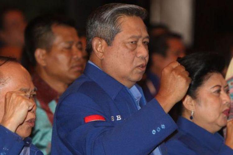 Ketua Umum Partai Demokrat Susilo Bambang Yudhoyono didampingi Ibu Ani Yudhoyono, dan Ketua Harian PD Syarief Hasan saat Rapimnas Partai Demokrat di Jakarta Pusat, Minggu (18/5/2014). Rapimnas ini mengagendakan pengambilan keputusan beberapa pilihan terkait pilpres mendatang yakni berkoalisi dengan parpol lain membentuk poros baru atau mengambil sikap sebagai partai oposisi.