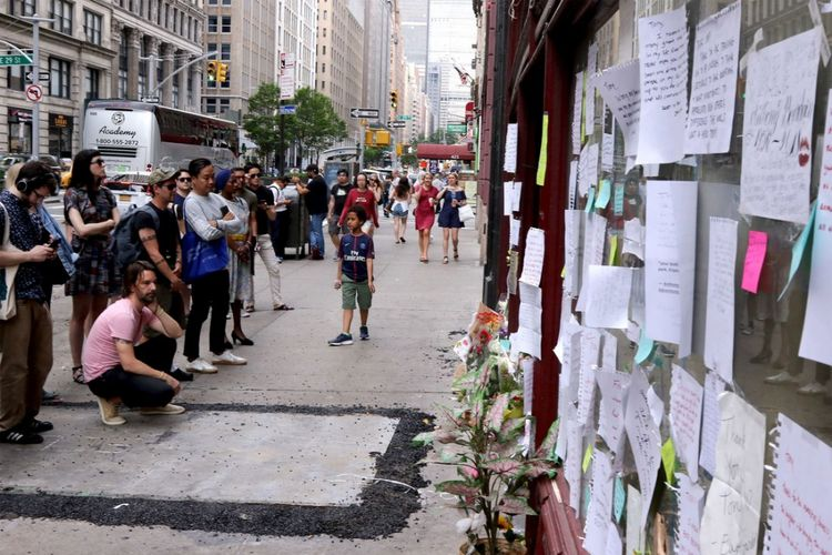 Para penghayat berkumpul di monumen sementara untuk Anthony Bourdain di Les Halles Brasserie di Manhattan, New York City. Ini adalah restoran Bordain biasa makan sarapan setiap pagi ketika dia berada di kota.