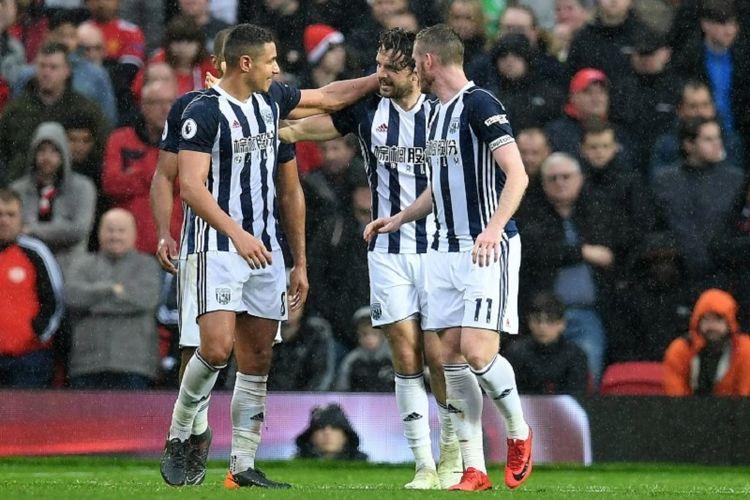 Para pemain West Bromwich Albion merayakan gol Jay Rodriguez ke gawang Manchestet United pada pertandingan Premier League di Old Trafford, Minggu (15/4/2018).