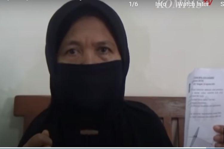 Yaidah (51), seorang ibu asal Lembah Harapan, Lidah Wetan, Surabaya, Jawa Timur, merasakan sulitnya mengurus akta kematian anaknya di Dinas Kependudukan dan Catatan Sipil Surabaya.