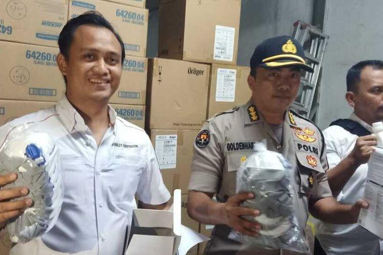 Polisi gerebek gudang pembuatan masker ilegal dan hand sanitizer yang terletak dikawasan Komplek Inti Batam Business dan Industrial Park Sei Panas, Batam, Kepulauan Riau (Kepri) ini digerebek oleh Tim Ditreskrimsus Polda Kepri.