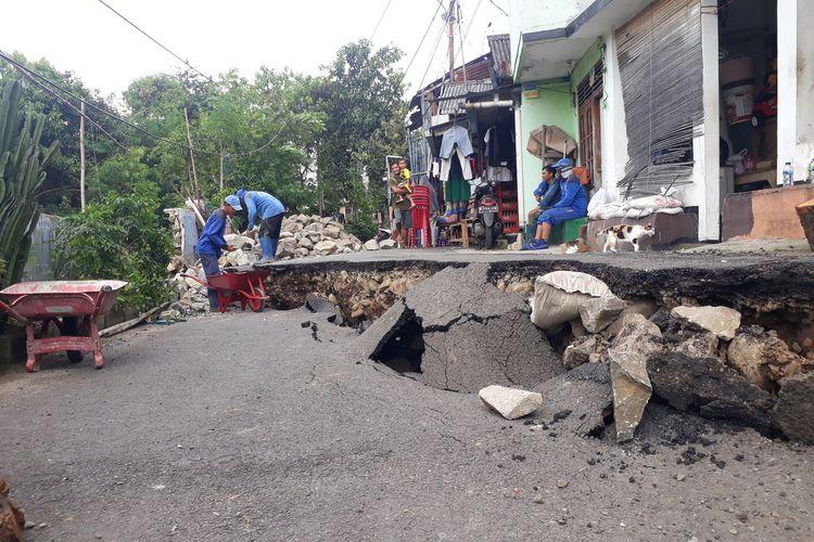 Jalan Kesatrian X, RT 012, RW 03, Kelurahan Kebon Manggis, Matraman, Jakarta Timur, amblas, Selasa (3/3/2020).