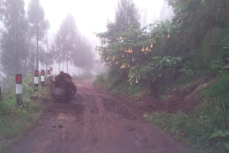 Longsor akibat hujan deras di akses menuju Gunung Bromo di Kecamatan Tosari, Kabupaten Pasuruan pada Minggu (10/1/2021). (Foto: Dok. Petugas TNBTS)