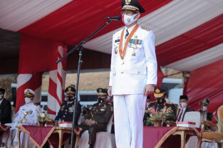 Wagub Sultra Lukman Abunawas saat menjadi inspektur upacara peringatan HUT RI ke 75 di halaman rujab gubernur Sultra (Foto Istimewa)