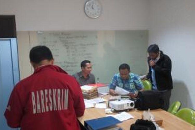 Penyidik Direktorat Tindak Pidana Ekonomi Khusus Bareskrim Polri tengah menggeledah salah satu ruangan di Kantor Pertamina Foundation, Simprug, Jakarta Selatan, Selasa (1/9/2015). Penggeledahan itu terkait pengusutan kasus korupsi program penanaman 100 juta pohon yang dilakukan oleh Pertamina Foundation.