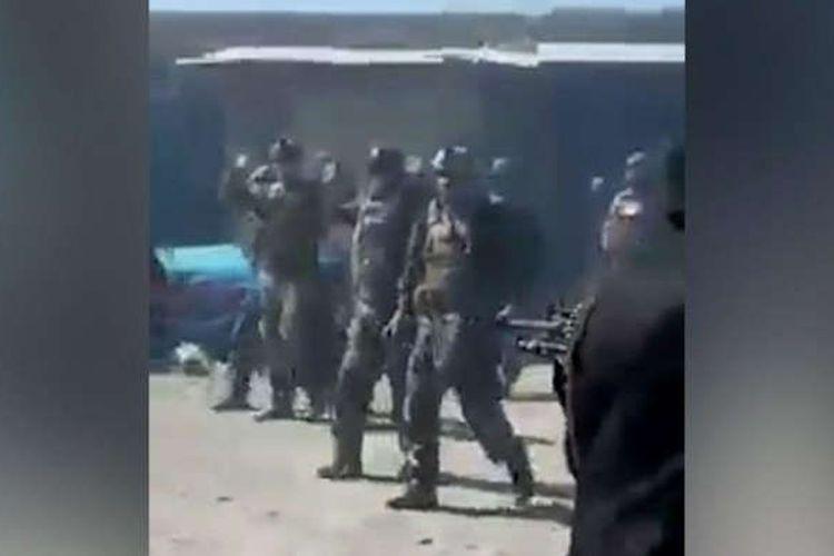 Tangkap layar video menunjukkan Taliban mengeksekusi 22 pasukan komando Afghanistan, meski mereka telah mencoba menyerah dan melepaskan senjatanya.
