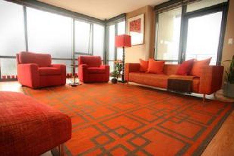 Elemen dekorasi dan perabot berwarna oranye merupakan fokus perhatian interior rumah.