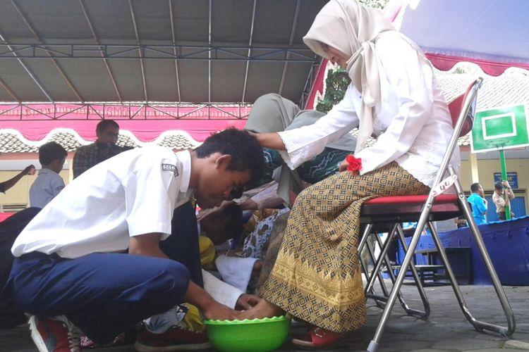 Anak-anak berkebutuhan khusus siswa SLB-B YPPALB Kota Magelang membasuh kaki ibu mereka sebagai ungkapan cinta kepada ibu, untuk menyambut Hari Ibu, Kamis (21/12/2017).
