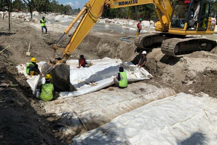 Pembangunan tanggul sementara di penanganan darurat banjir bandang di Kabupaten Luwu Utara, Provinsi Sulawesi Selatan.