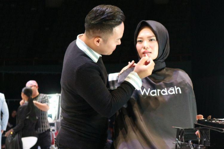 Make up artist Slamwiyono sedang merias model menggunakan trend make up Wardah Sinar dan Pijar di acara Indonesia Fashion Week (29/3).
